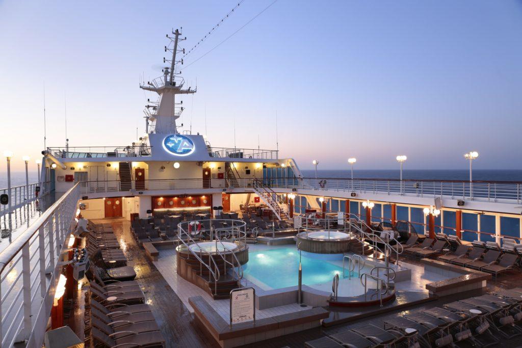 Pool-däck ombord Azamara i solnedgång