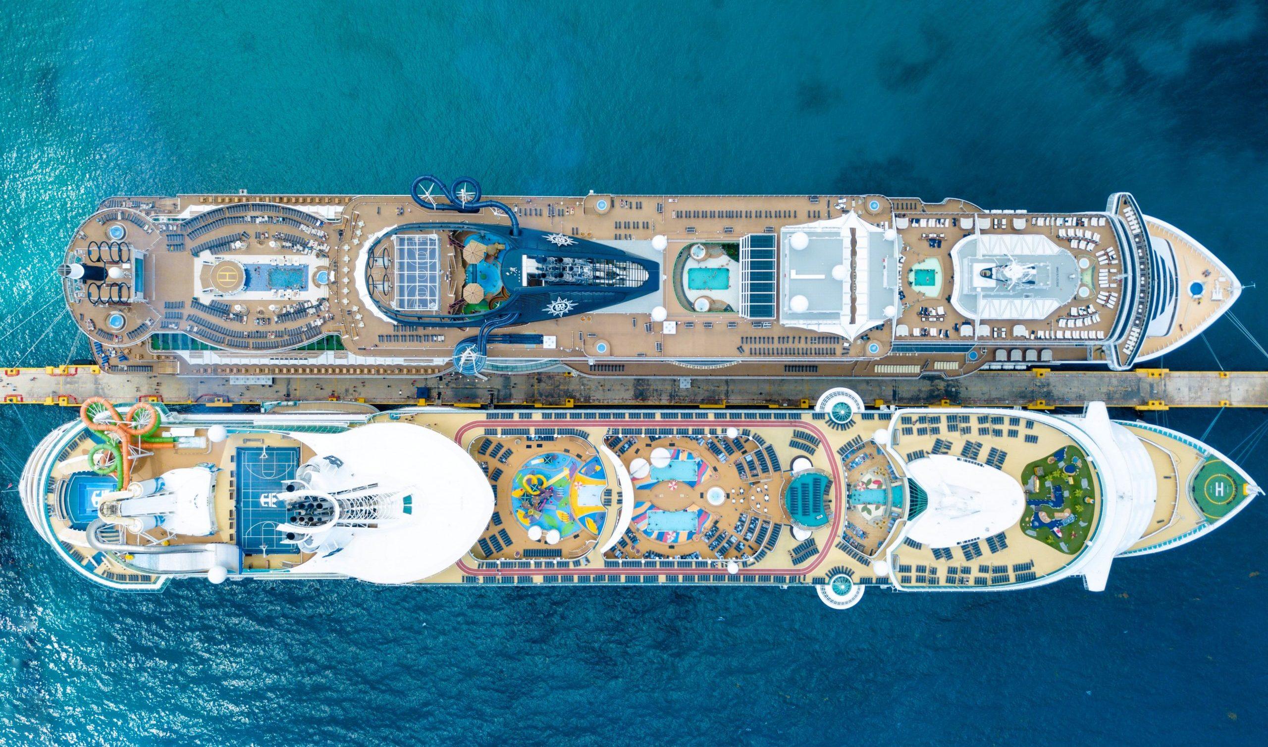Två Costa-fartyg som ligger i hamn i Mexico