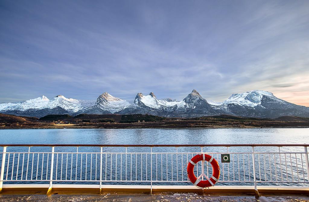 De sju systrarna/De syv sostre Alstenoya Norge isberg i fjärran och livboj ombord fartygsdäck
