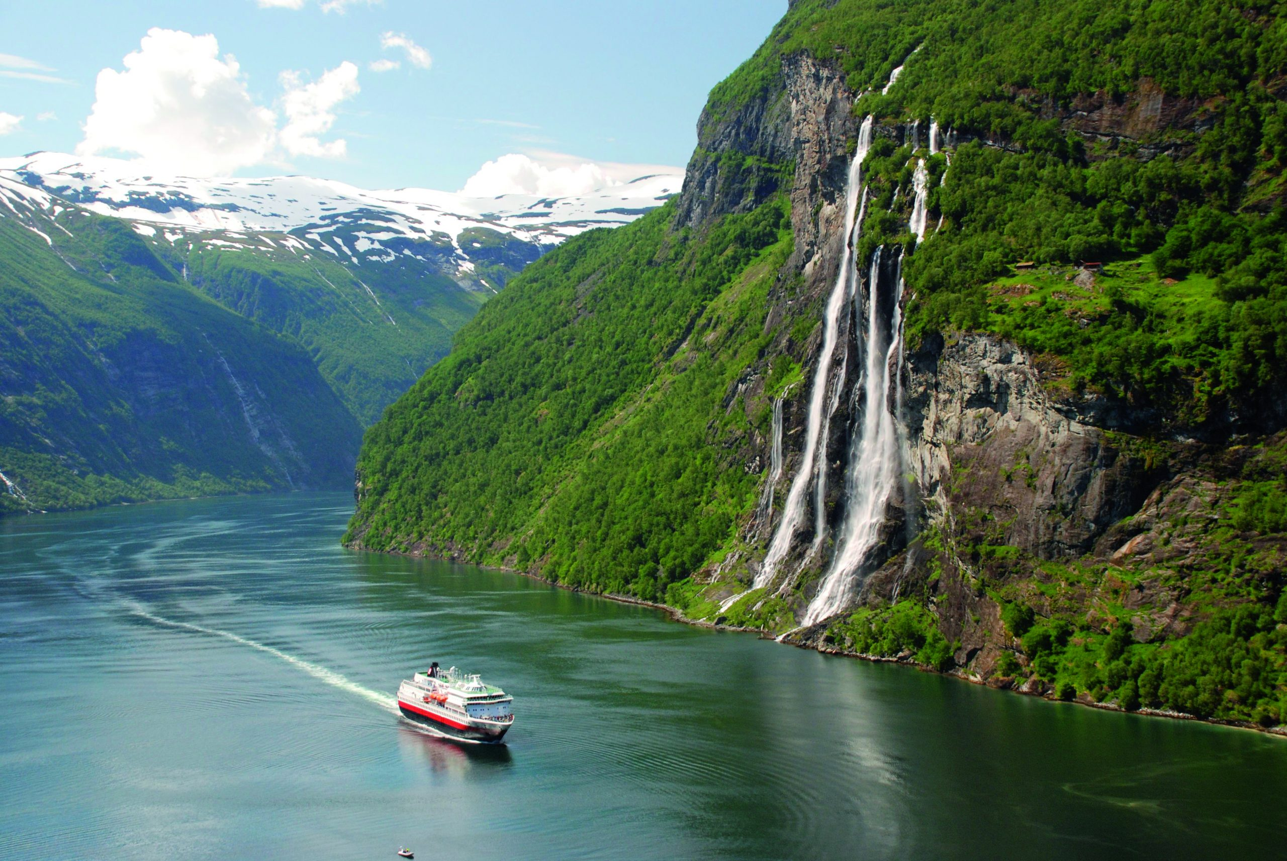 Geiranger Norge, vattenfall längs klippberg