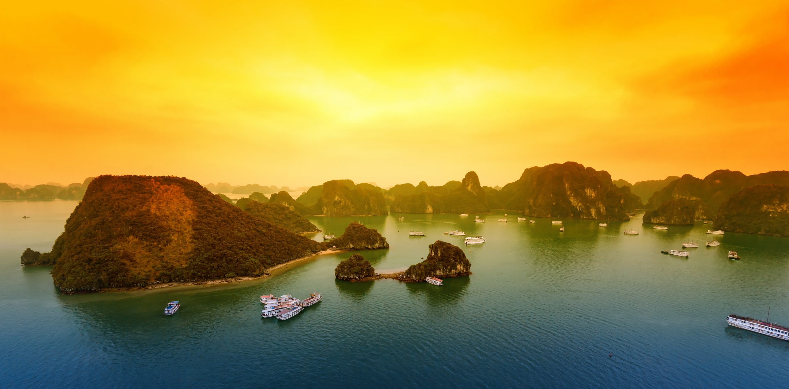 Vacker solnedgång i Halong Bay Vietnam