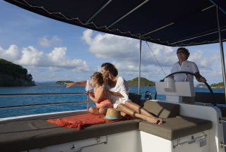 Mor och dotter ombord katamaran kollar ut över havet
