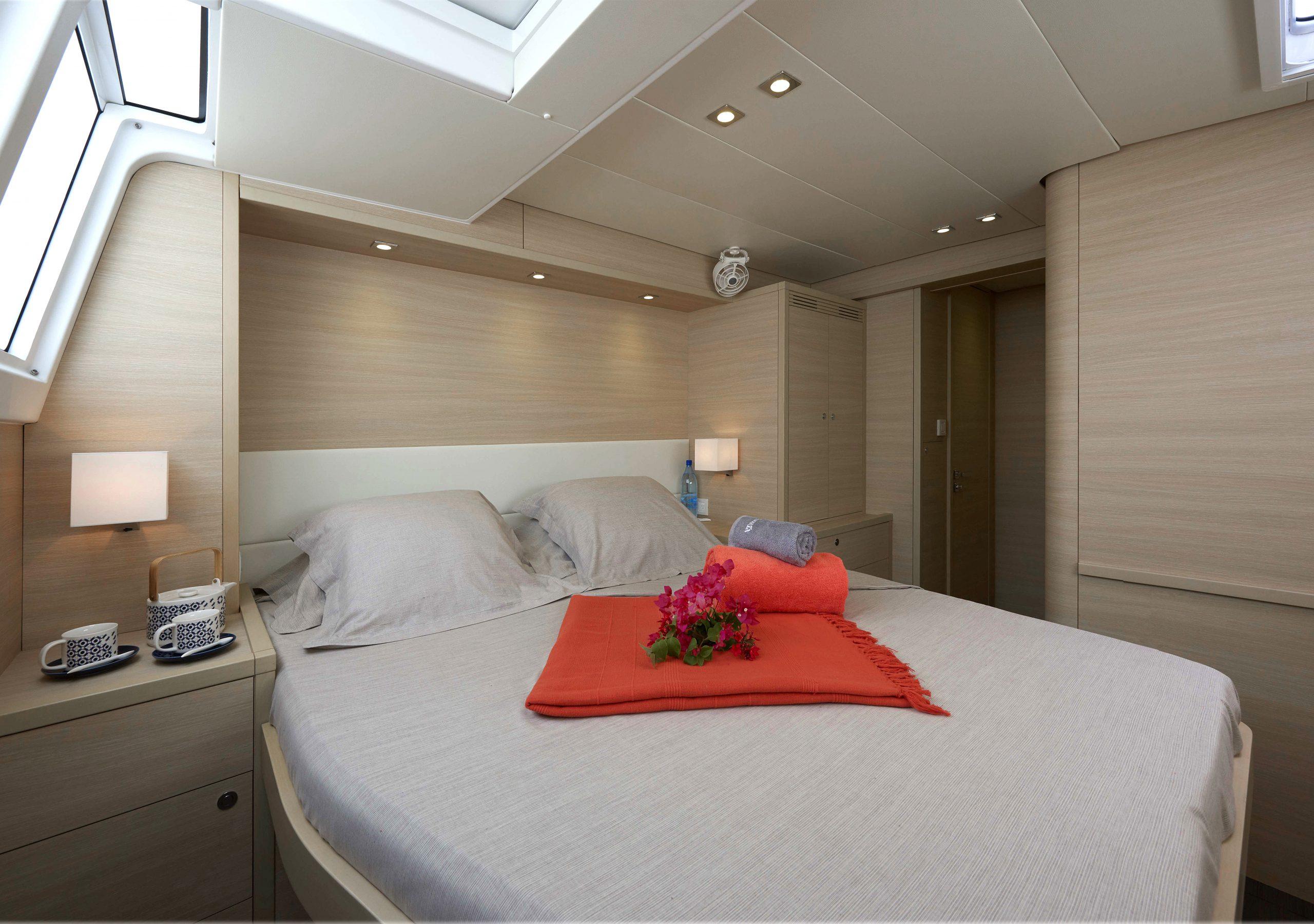 Katamaran hytt med säng