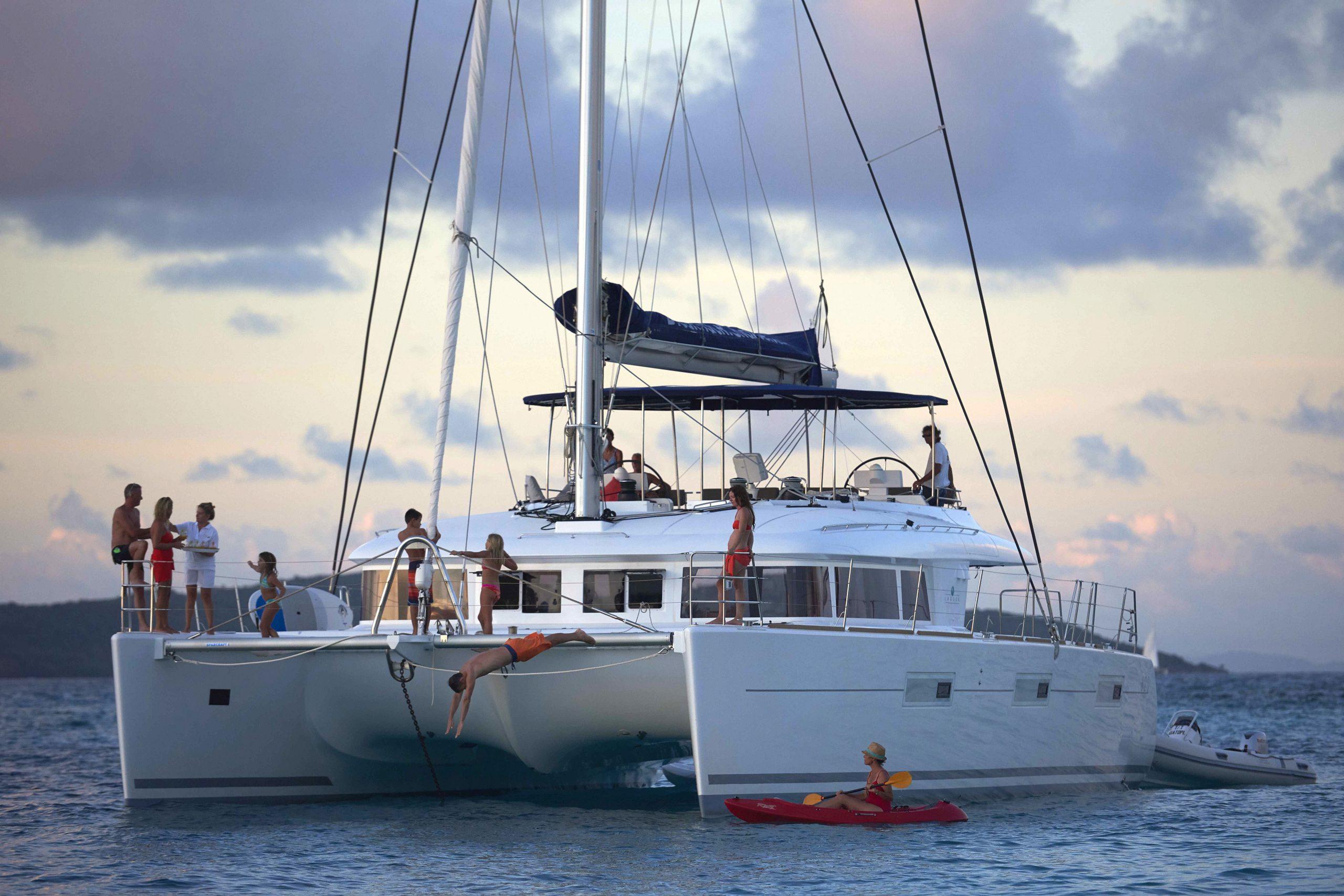 katamaran båt med människor