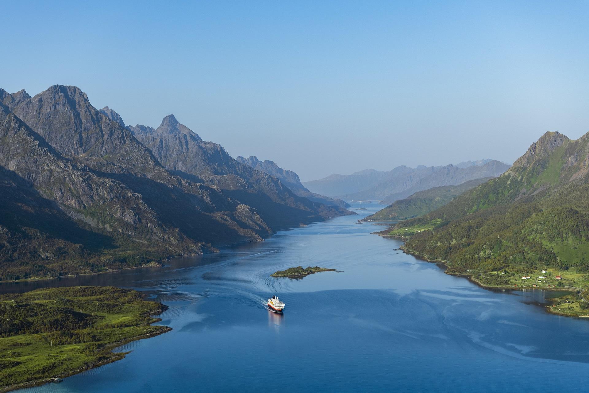 Fartyget MS Kong Harald åker igenom Raftsundet