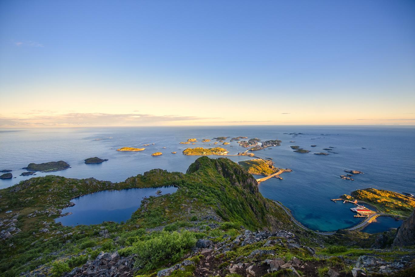 Norska kusten lofoten, vatten och grön natur