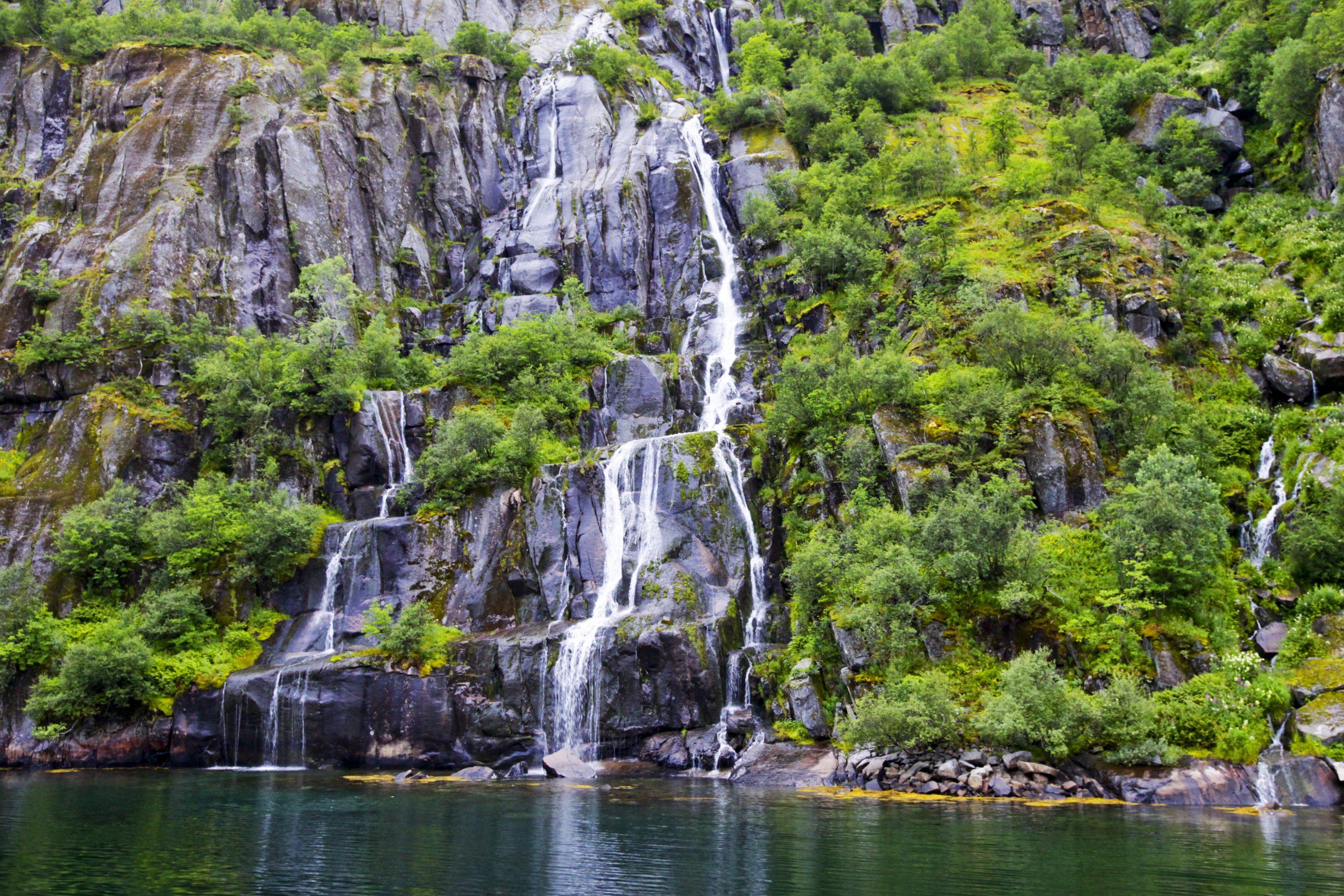 Vackra Trollfjorden Norge, vattenfall längs bergvägg
