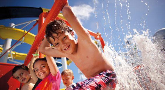 Barn som leker i vattnet ombord en kryssning