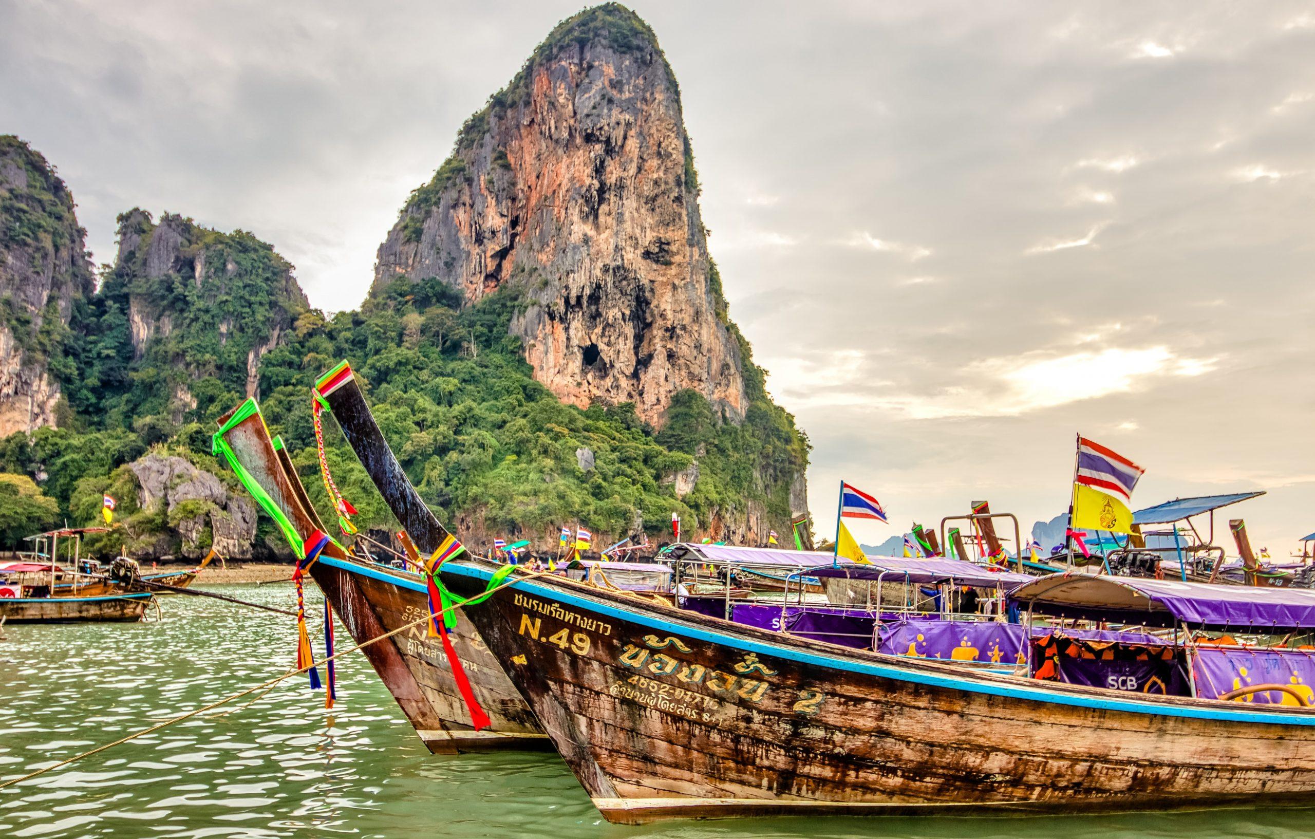 Färgglada båtar i Thailand