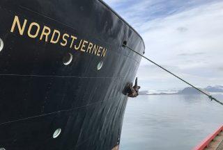 Fartyg Nordstjernen vid hamn i Svalbard