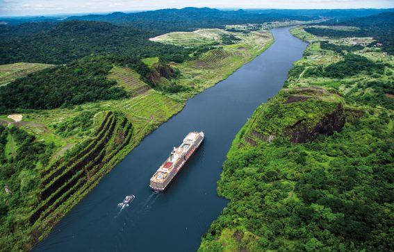 Kryssningsfartyg som åker genom panamakanalen