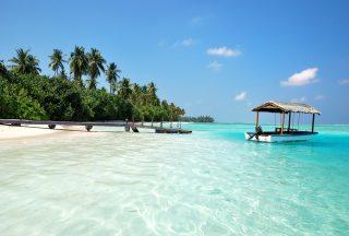 Vit sandstrand i Maldiverna med turkosblått hav