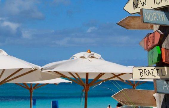 parasoll och skyltar på en strand med utsikt
