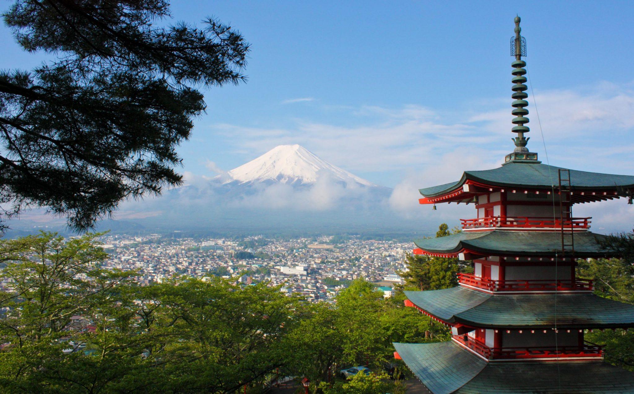 Asiatiaskt tempel uppe bland bergen med vacker vy