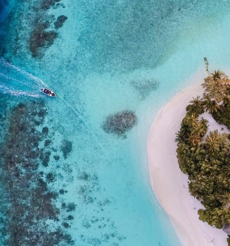 Vackert blått hav utanför Maldiverna