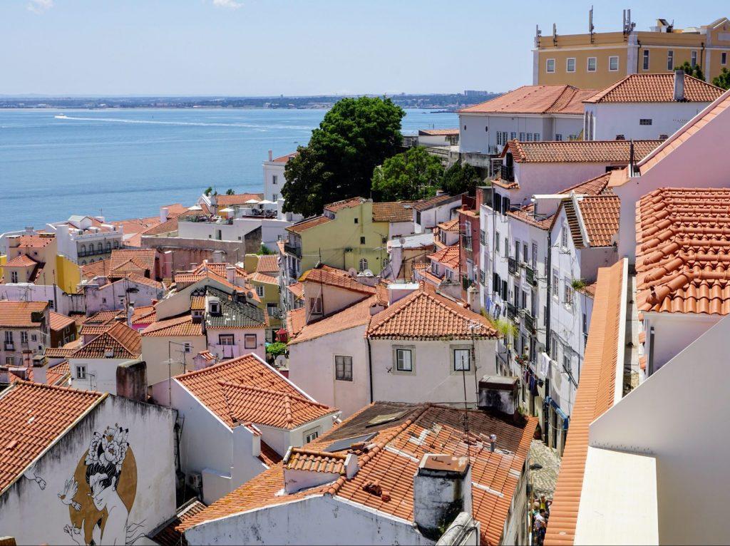 Utsikt över hustaken och atlanten i lissabon