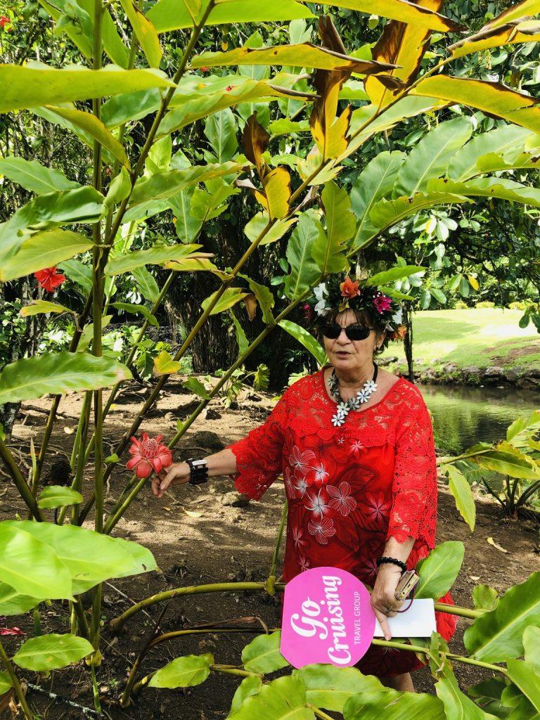 En av gocruisings färdledare guidar på utflykt i Papeete