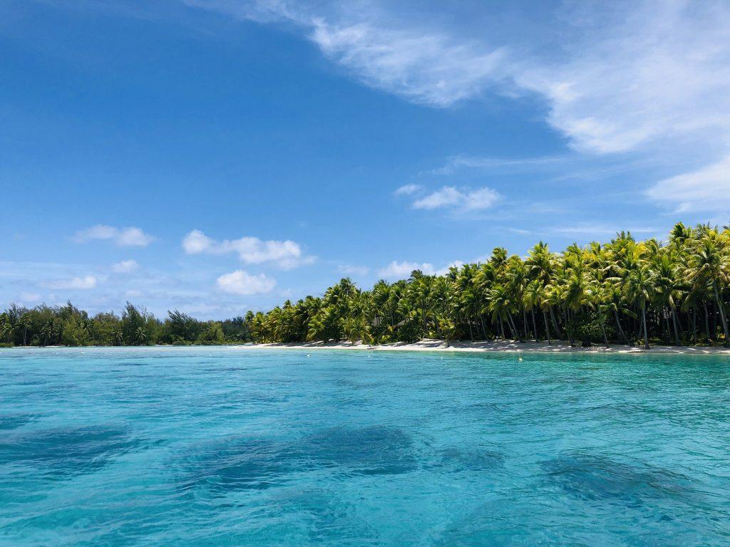 Klarblått vatten utanför en ö i Hawaii