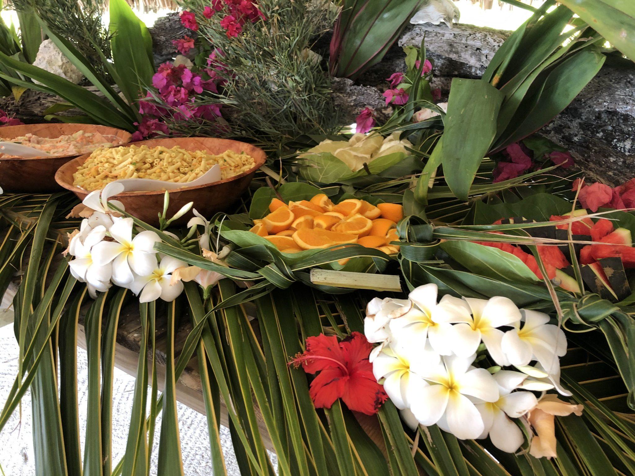 Typisk lunch på Hawaii med blommor och färsk frukt