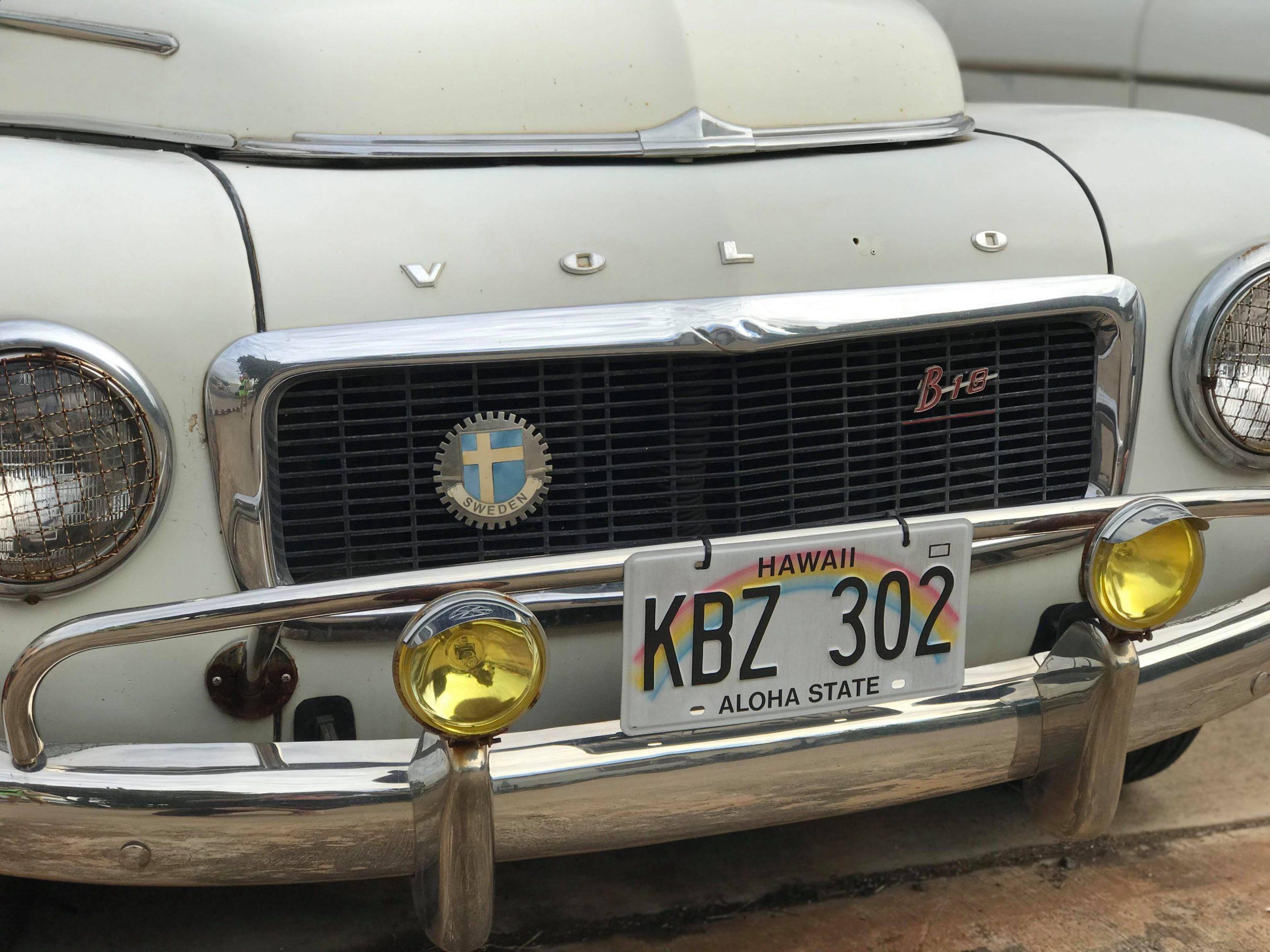 Klassisk vit Volvo på Hawaii