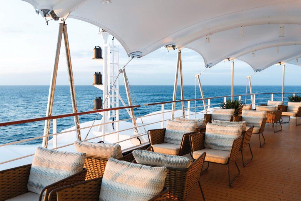 utsides lounge med utsikt över havet på silverseas fartyg