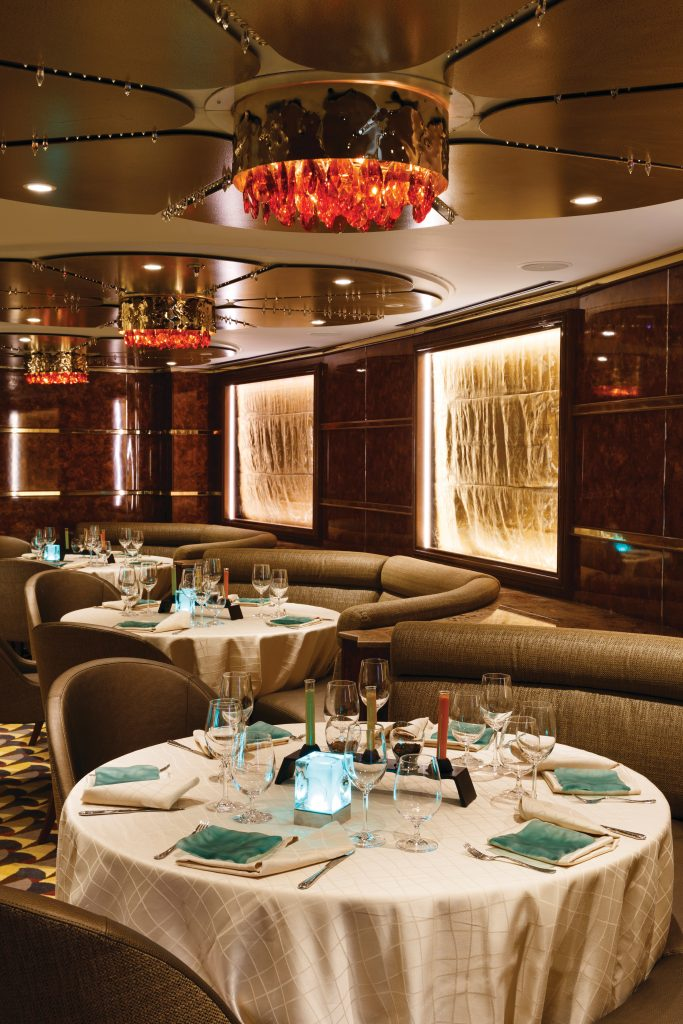 matsal med dukade bord ombord på ett av seilverseas fartyg