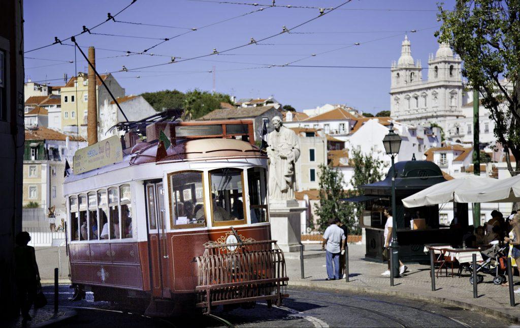 En sparvagn i en av Lissabons gator