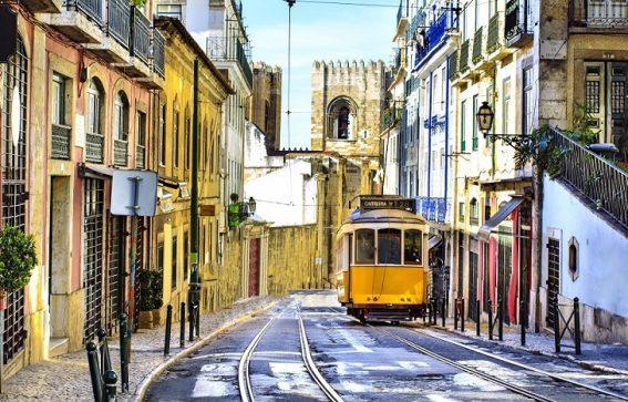 En spårvagn i de centrala delarna av Lissabon