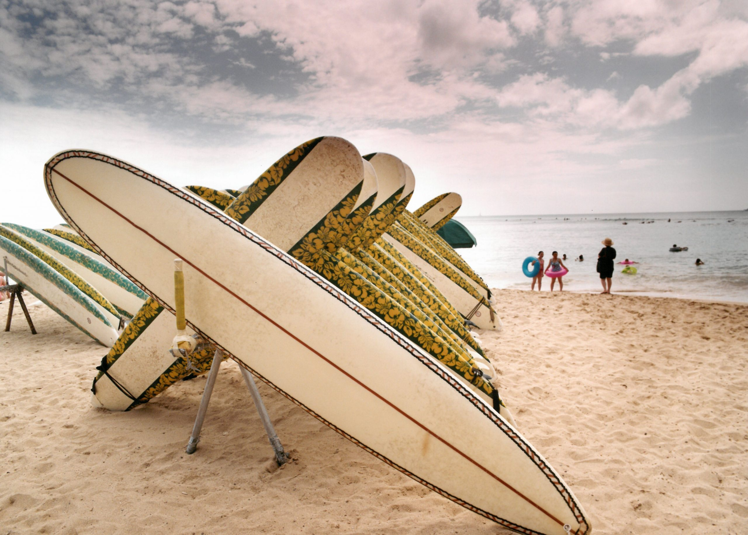 surfingbrädor på en strand i hawaii