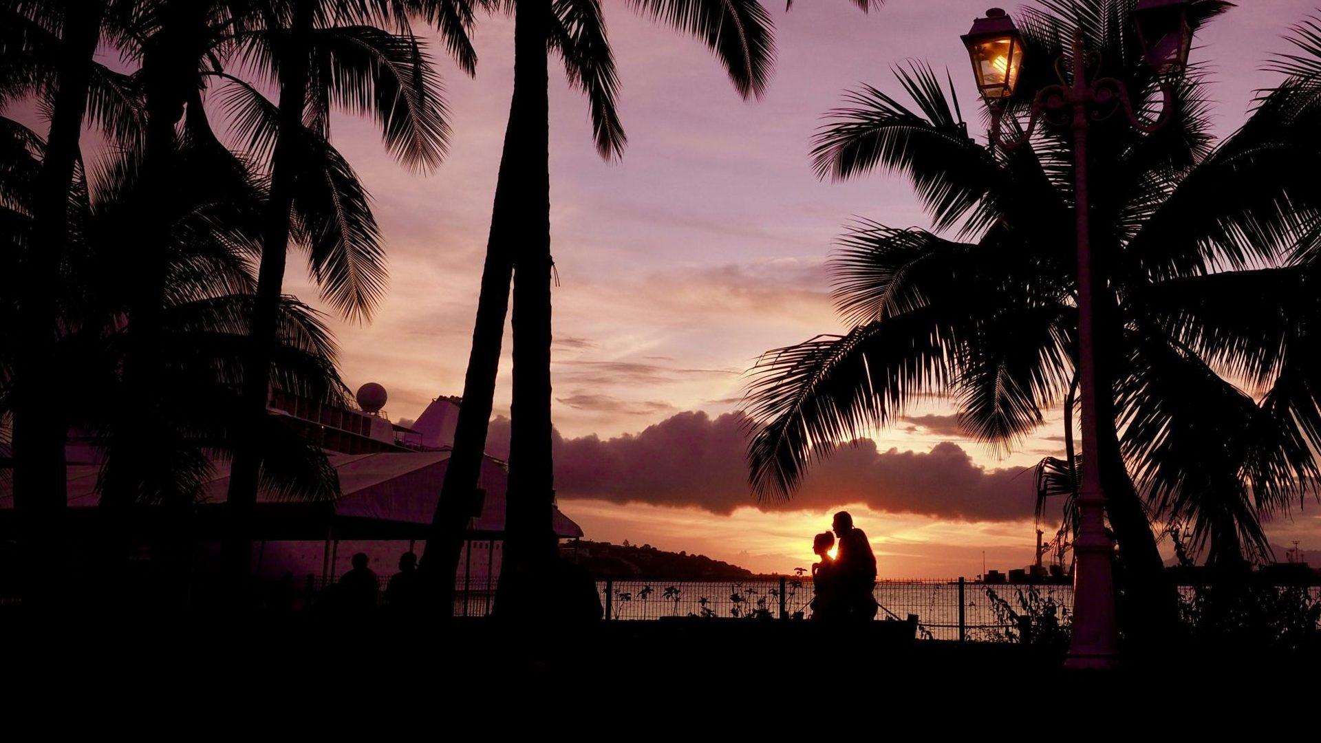 solnedgång på stranden i Tahiti