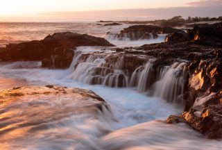 hawaiis natur vågor slår mot klippor