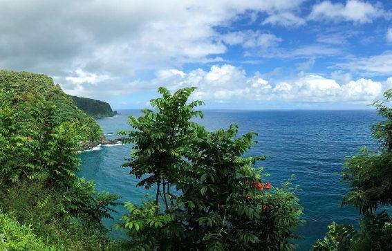 Hawaii hana väg längs bergskant med jungel och blått hav