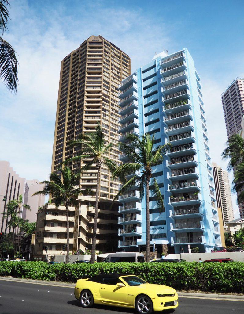 Honolulu stad med höghus och palmer