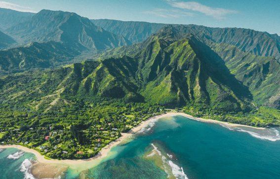 Kauai ön i hawaii med gröna berg och blått hav
