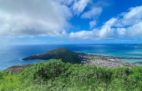 Oahu är en av Hawaiis största öar med klarblått hav vita stränder och grön natur