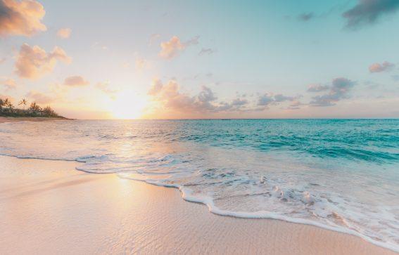 Waialua strand med rosa spönedgång och turkosblått hav