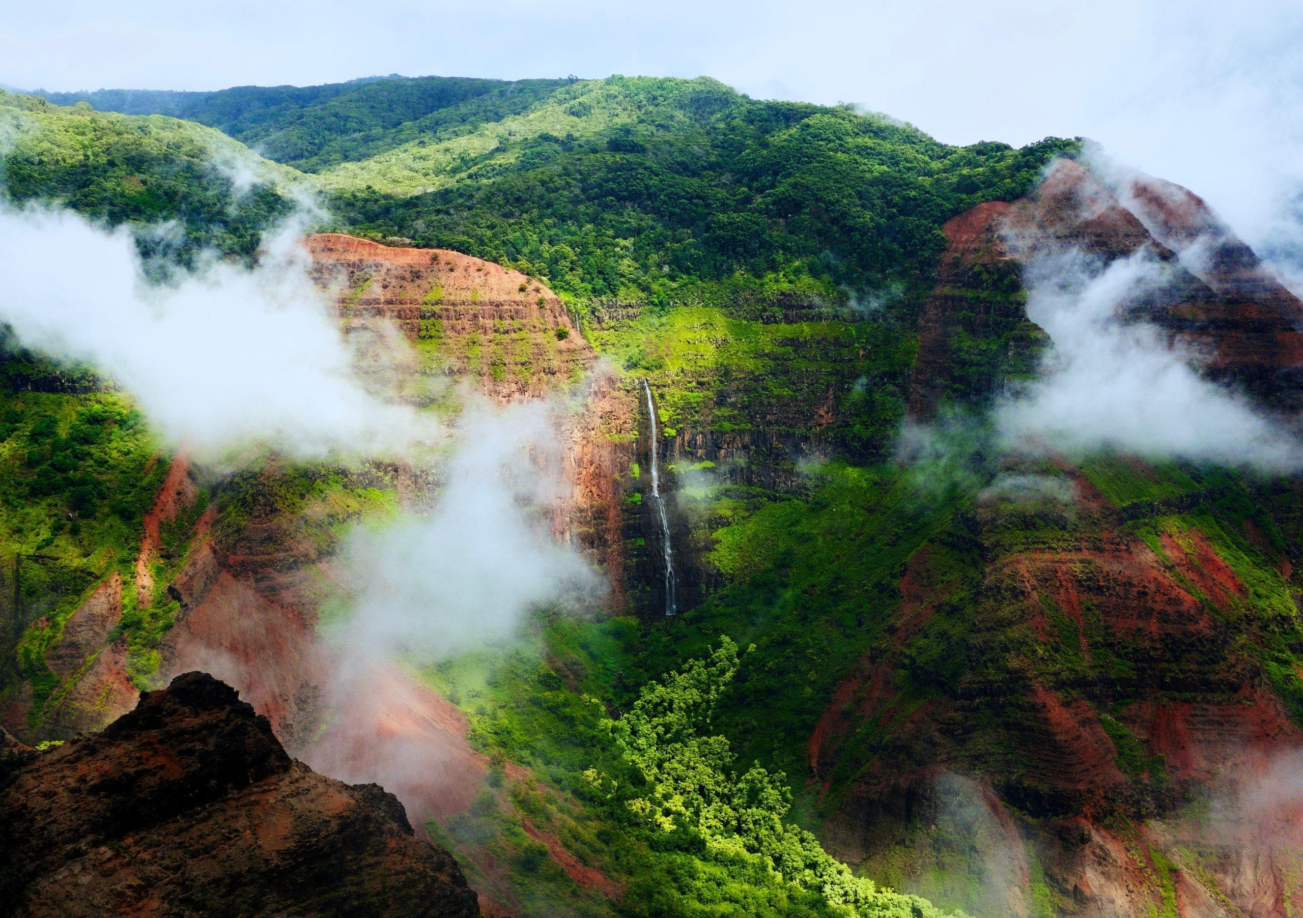 Waimea Canyon på Kauai med höga berg grönska och vattenfall