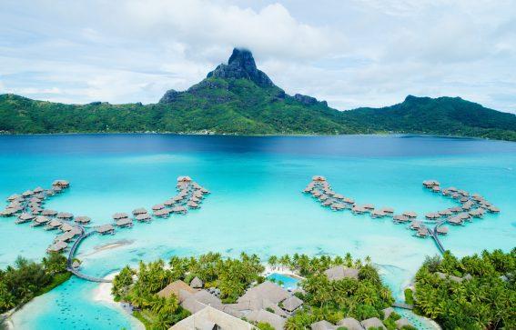 Vacker vy över InterContinental Resort och Spa på Bora Bora Karibien