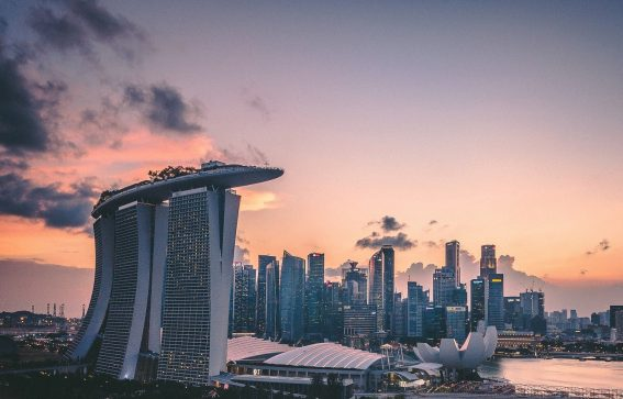Solnedgång över Singapore stad