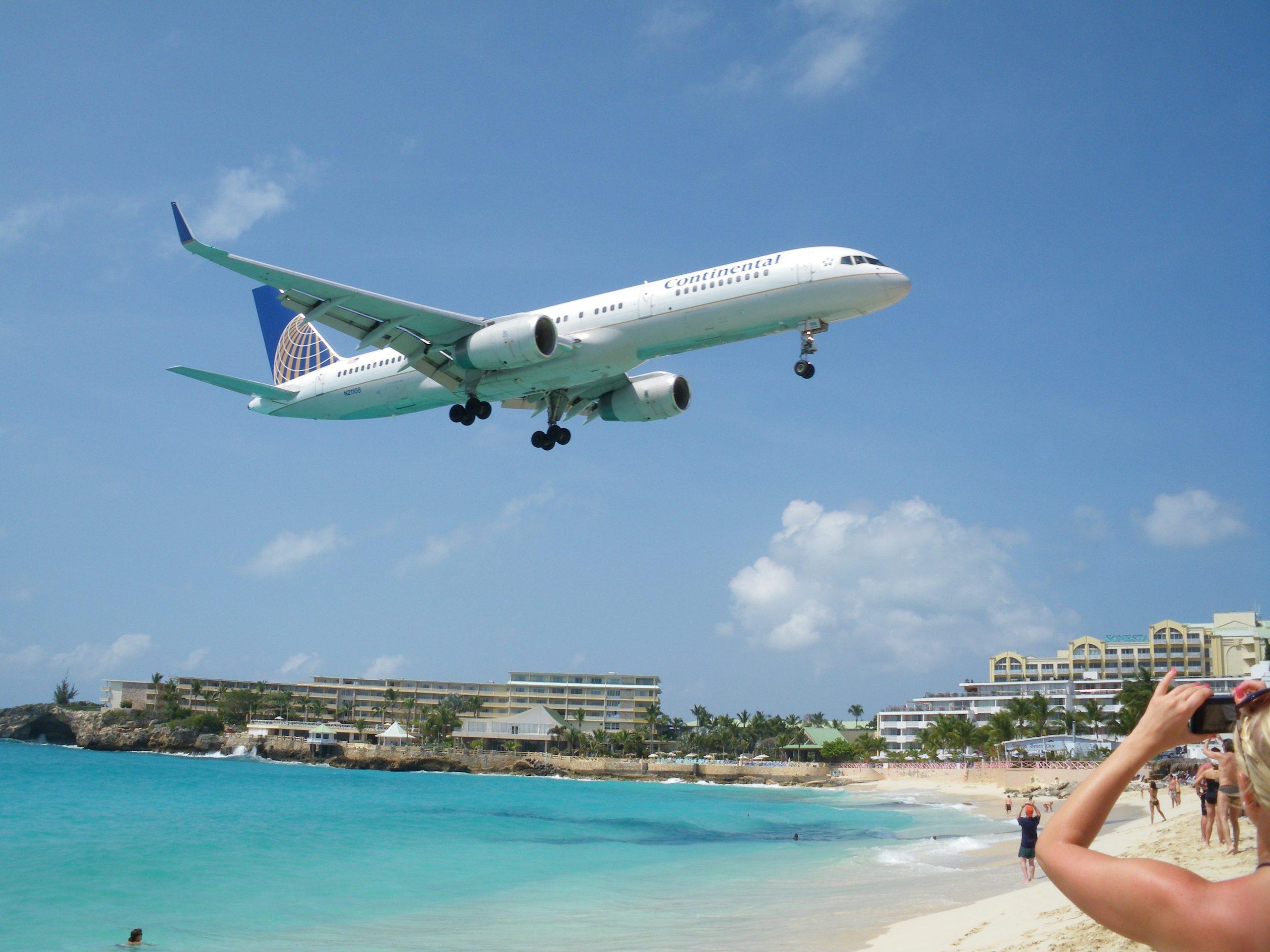 Flygplan som landar precis intill strand på St Marteen