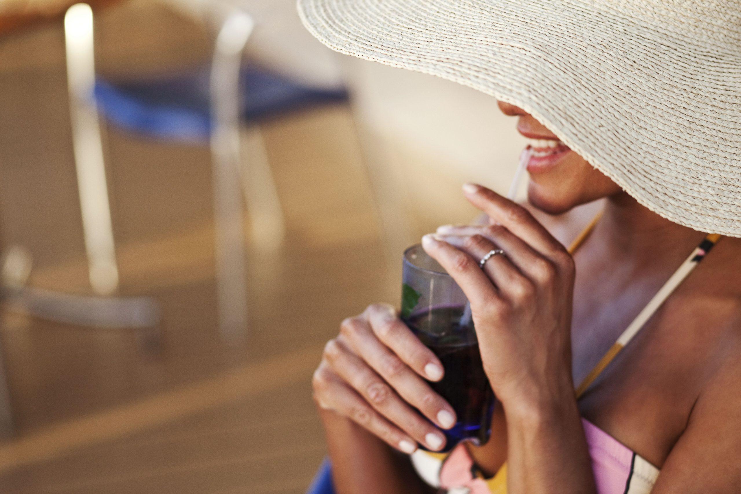 Kvinna ombord Celebrity Solstice njuter av en drink