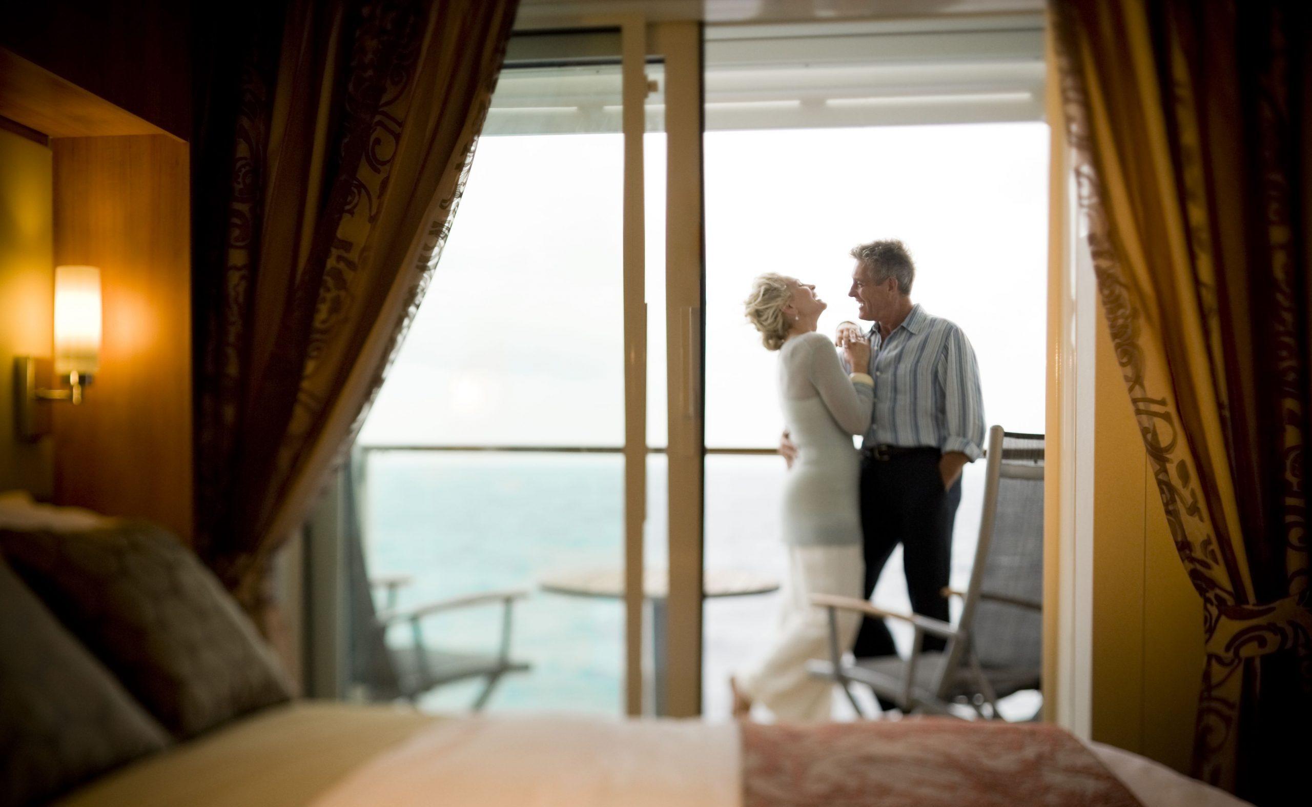 Celebrity Solstice Stateroom hytt med ett par på balkongen