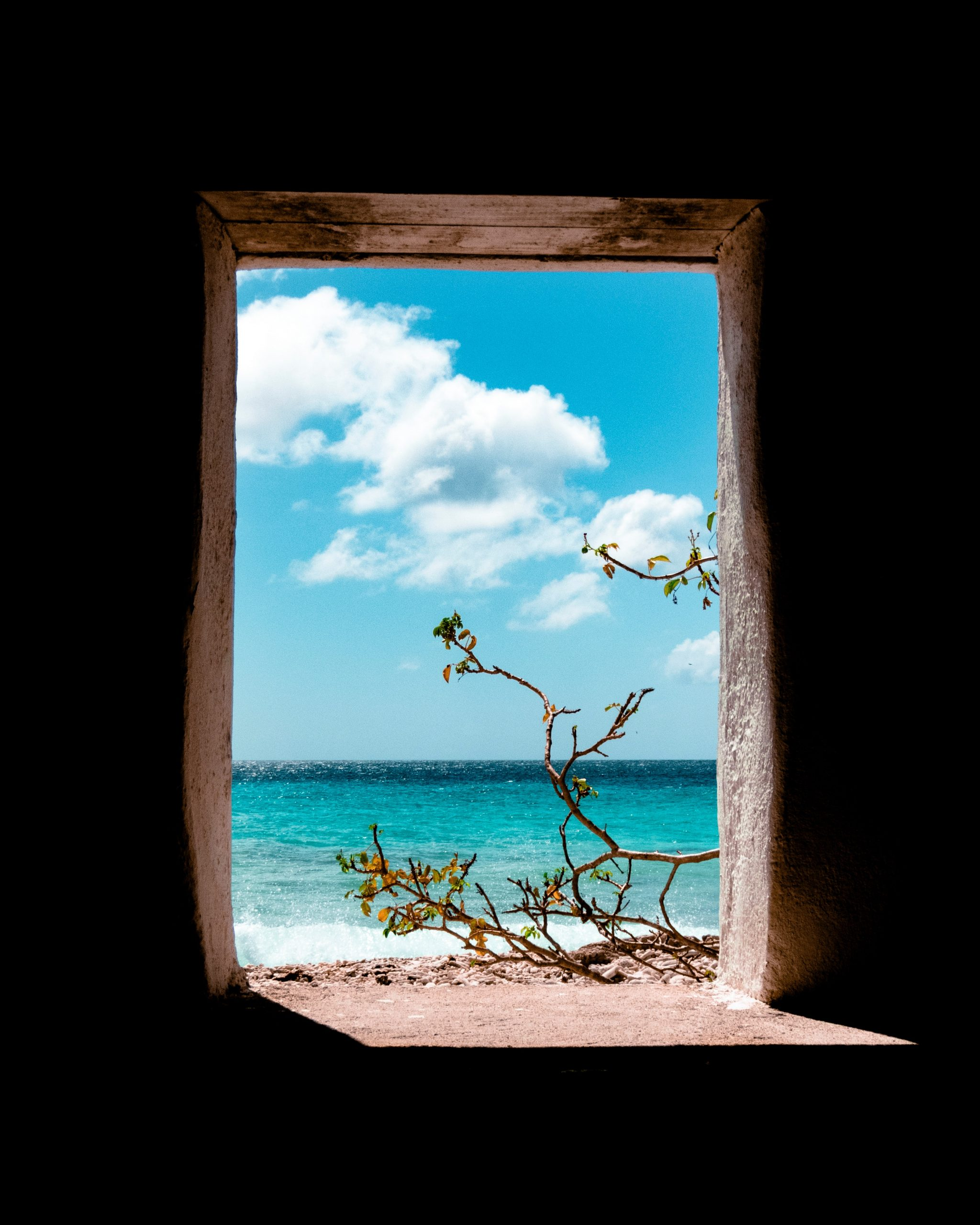 Dörr som leder ut mot vacker strand i Bonaire