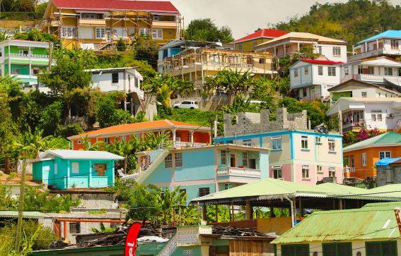 färgglada hus på Dominica Roseau Karibien