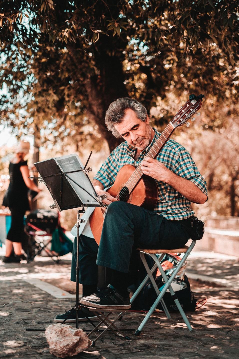 Man som spelar på gitarr i Aten