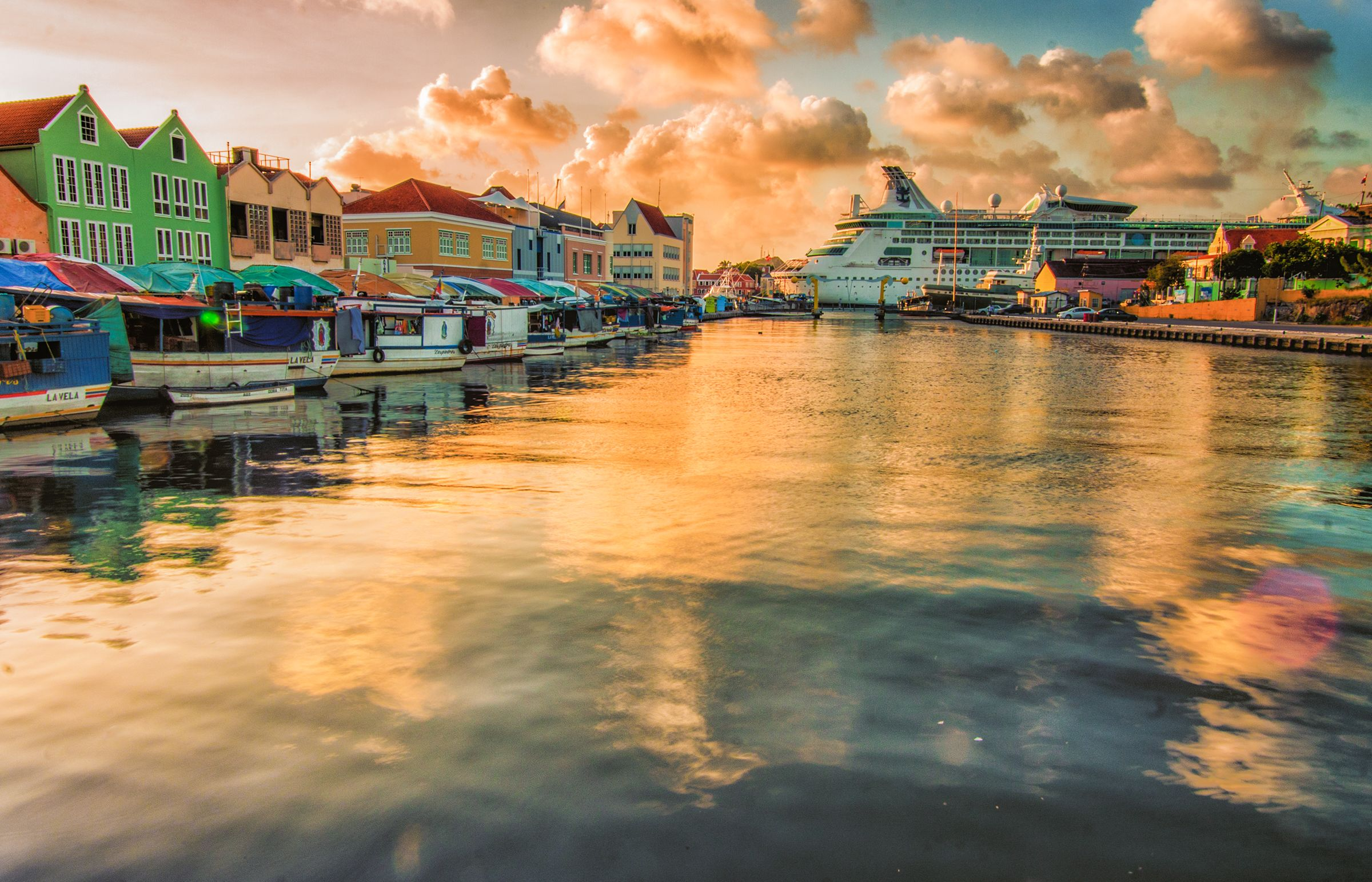 Grandeur of the Seas ligger i hamn på Curacao i solnedgången
