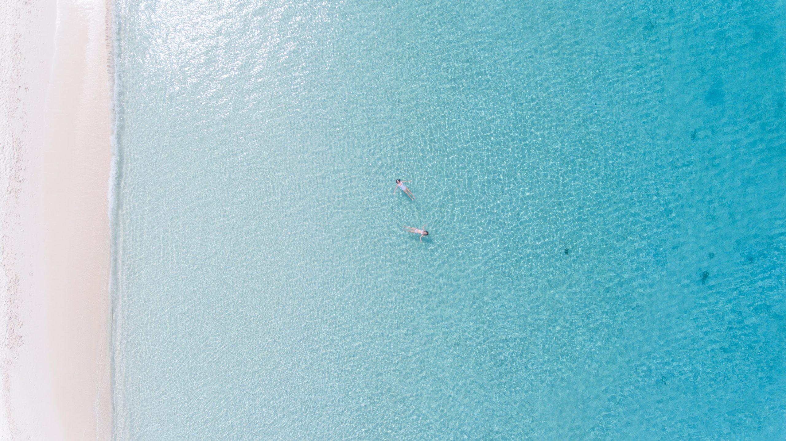 Klarblått vatten vid Grand Cayman