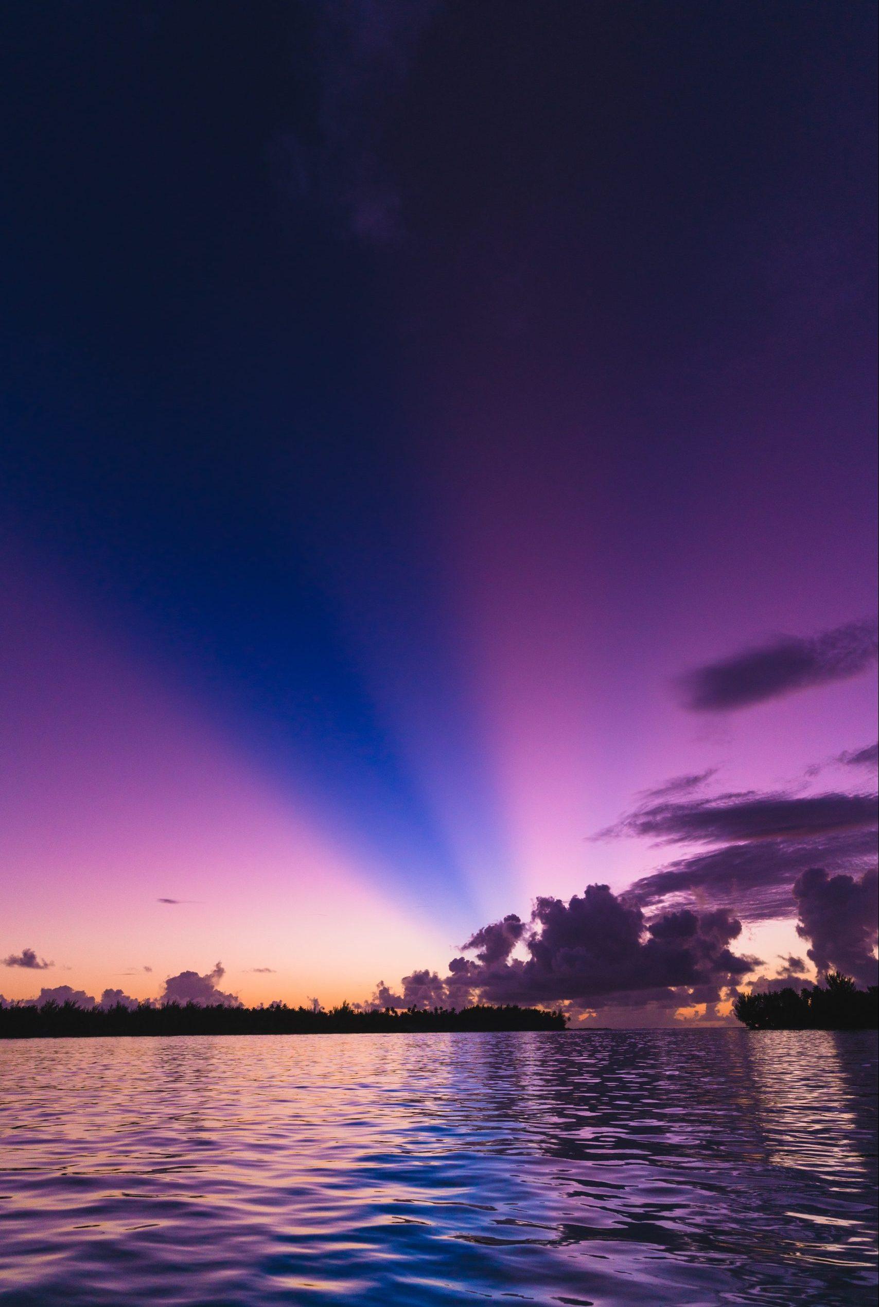 Vacker, lila, solnedgång på Bora Bora