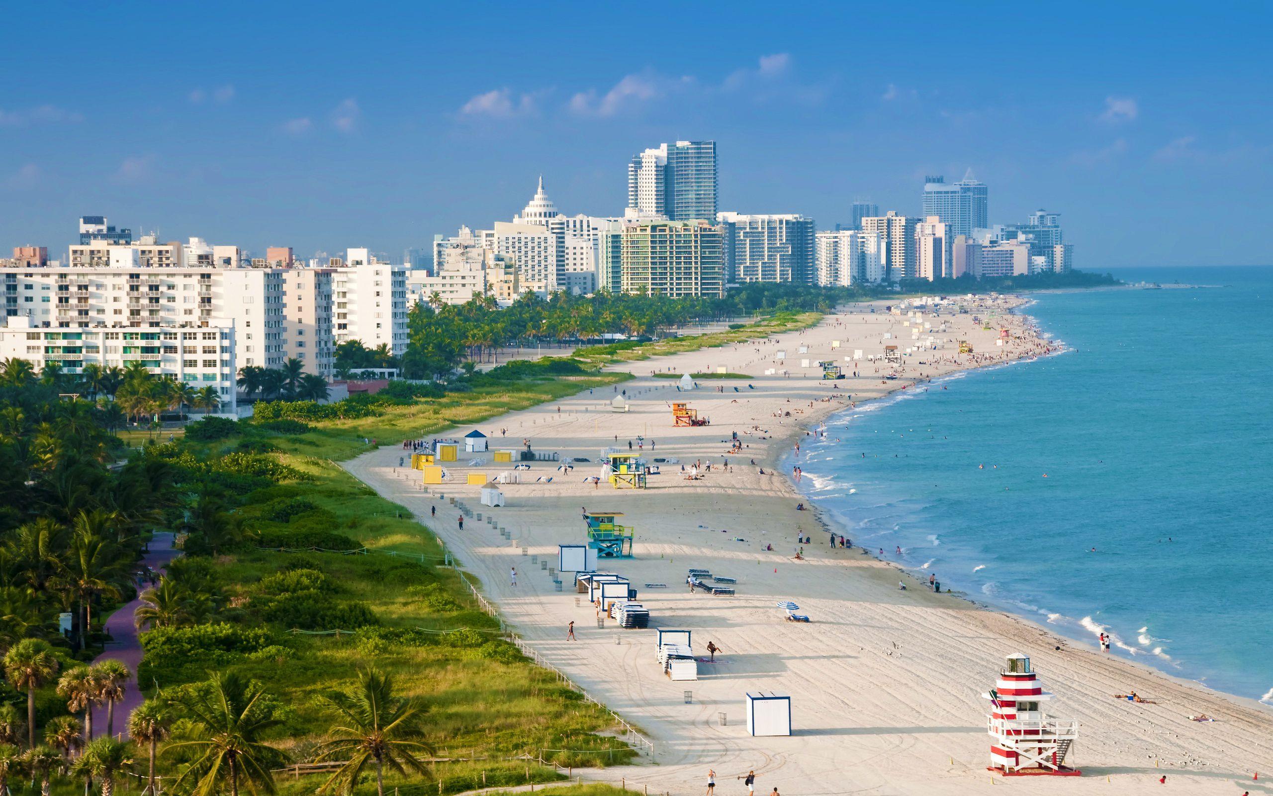 Miami beach med höghus i bakgrunden
