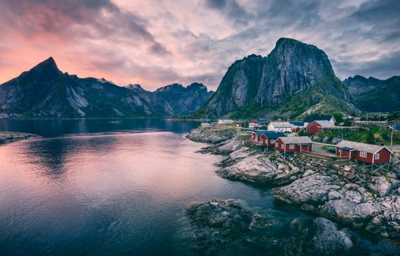 Solnedgång i norska kusten